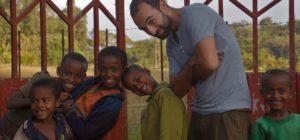 Michael Tuil mit Kindern vor der Qottaa Schule