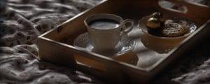 Kaffee und Frühstück auf Tablett im Bett