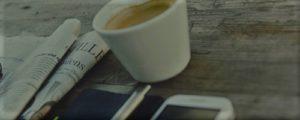 Zeitung, Internet und Kaffee
