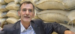 Philippe Carasso vor Kaffeesäcken